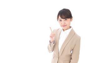 指を指す若いビジネスウーマンの写真素材 [FYI04711635]