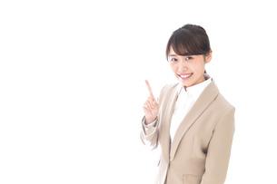 指を指す若いビジネスウーマンの写真素材 [FYI04711636]