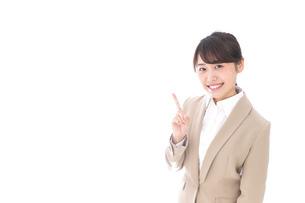 指を指す若いビジネスウーマンの写真素材 [FYI04711637]