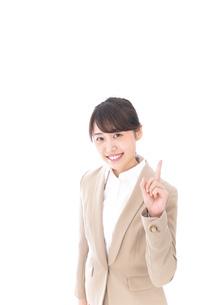 指を指す若いビジネスウーマンの写真素材 [FYI04711638]