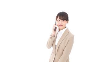 電話をする若いビジネスウーマンの写真素材 [FYI04711652]