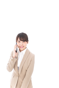 電話をする若いビジネスウーマンの写真素材 [FYI04711653]