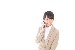 電話をする若いビジネスウーマンの写真素材 [FYI04711657]