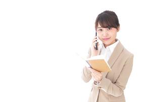 電話をするビジネスウーマンの写真素材 [FYI04711660]