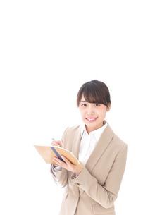 取材をする女性記者の写真素材 [FYI04711674]