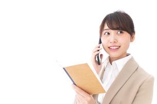 電話をするビジネスウーマンの写真素材 [FYI04711676]