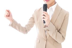 選挙演説をする女性の写真素材 [FYI04711700]