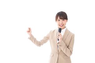 選挙演説をする女性の写真素材 [FYI04711716]