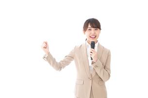 選挙演説をする女性の写真素材 [FYI04711718]