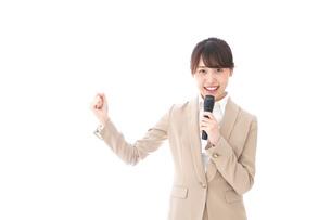 選挙演説をする女性の写真素材 [FYI04711719]