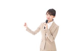 選挙演説をする女性の写真素材 [FYI04711721]