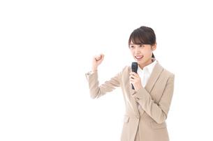 選挙演説をする女性の写真素材 [FYI04711723]