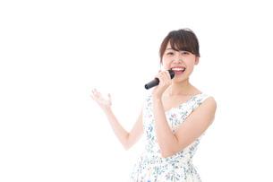 カラオケで歌う若い女性の写真素材 [FYI04711728]