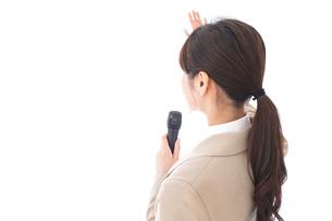選挙演説をする女性の写真素材 [FYI04711729]