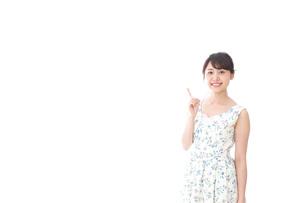 指をさす若い女性の写真素材 [FYI04711748]