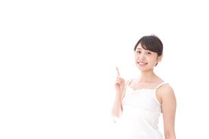 指をさす若い女性の写真素材 [FYI04711754]