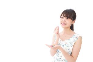 お菓子を食べる若い女性の写真素材 [FYI04711768]