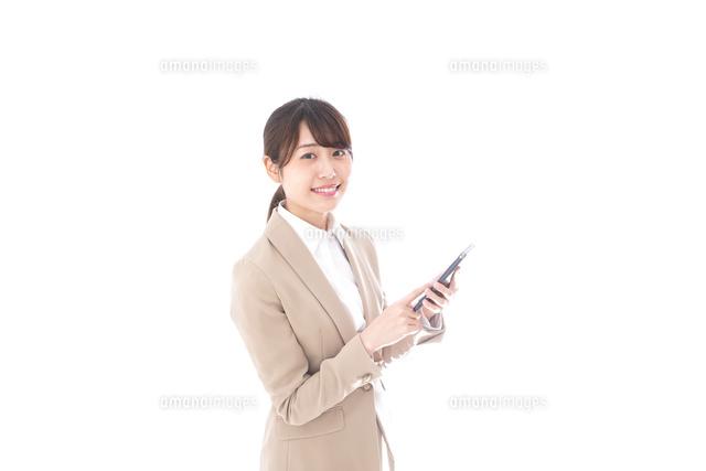 スマホを使うビジネスウーマンの写真素材 [FYI04711782]
