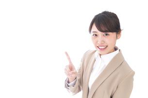 ワンポイントアドバイスをするビジネスウーマンの写真素材 [FYI04711808]