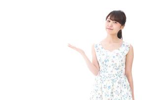 おすすめをする若い女性の写真素材 [FYI04711841]