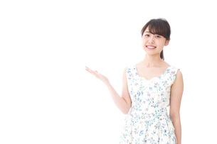 おすすめをする若い女性の写真素材 [FYI04711842]