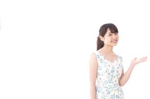 おすすめをする若い女性の写真素材 [FYI04711843]