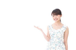 おすすめをする若い女性の写真素材 [FYI04711845]