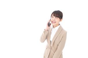 電話でコミュニケーションするビジネスウーマンの写真素材 [FYI04711856]