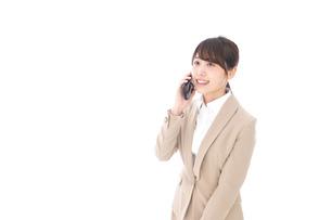 電話でコミュニケーションするビジネスウーマンの写真素材 [FYI04711857]