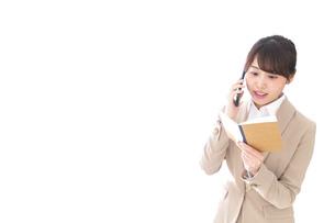 電話でコミュニケーションするビジネスウーマンの写真素材 [FYI04711858]