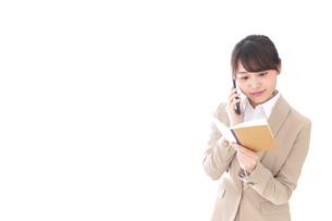 電話でコミュニケーションするビジネスウーマンの写真素材 [FYI04711860]