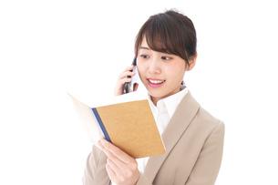 電話でコミュニケーションするビジネスウーマンの写真素材 [FYI04711863]