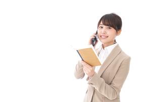 電話でコミュニケーションするビジネスウーマンの写真素材 [FYI04711864]