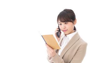 電話でコミュニケーションするビジネスウーマンの写真素材 [FYI04711866]
