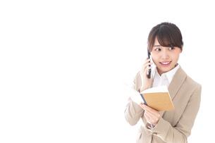 電話でコミュニケーションするビジネスウーマンの写真素材 [FYI04711867]