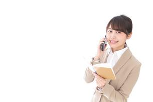 電話でコミュニケーションするビジネスウーマンの写真素材 [FYI04711868]