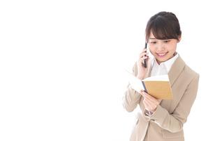 電話でコミュニケーションするビジネスウーマンの写真素材 [FYI04711870]