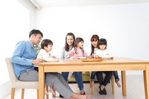 ホームパーティーをする親子の写真素材 [FYI04712012]