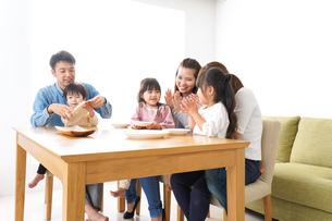 ホームパーティーをする親子の写真素材 [FYI04712016]