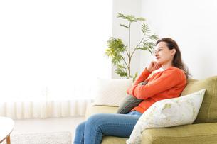 家でテレビを見る女性の写真素材 [FYI04712025]
