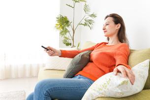 家でテレビを見る女性の写真素材 [FYI04712029]