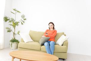 家でテレビを見る女性の写真素材 [FYI04712030]