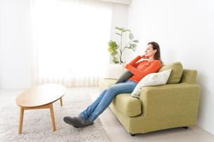 家でテレビを見る女性の写真素材 [FYI04712033]