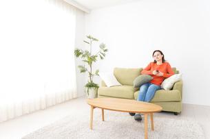 家でテレビを見る女性の写真素材 [FYI04712034]