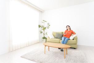 家でテレビを見る女性の写真素材 [FYI04712035]