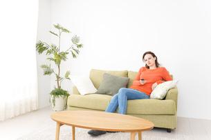 家でテレビを見る女性の写真素材 [FYI04712037]