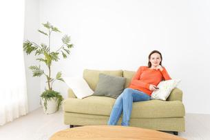 家でテレビを見る女性の写真素材 [FYI04712043]