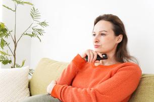 家でテレビを見る女性の写真素材 [FYI04712045]