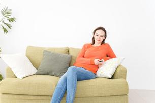 家でテレビを見る女性の写真素材 [FYI04712047]