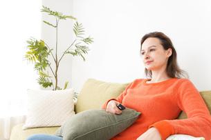 家でテレビを見る女性の写真素材 [FYI04712048]